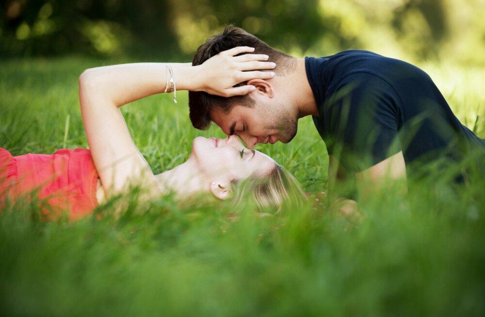 Каким знакам зодиака повезет в любви в августе