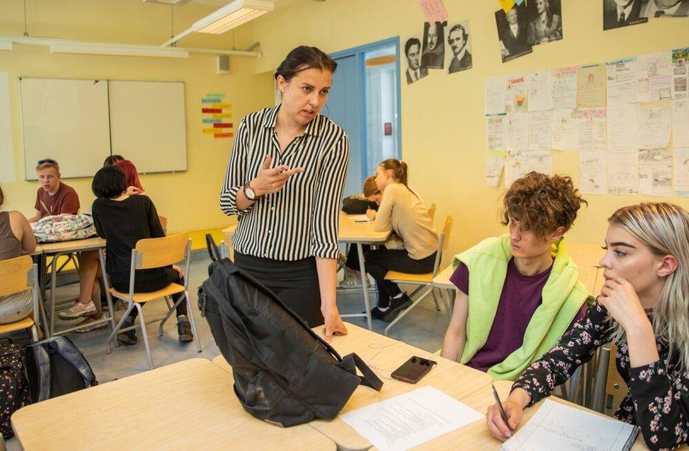 Enne Raasiku kooli juhtima minekut õpetas psühholoogiharidusega Reelika Turi Tallinna Pelgulinna gümnaasiumis eesti keelt ja kirjandust.
