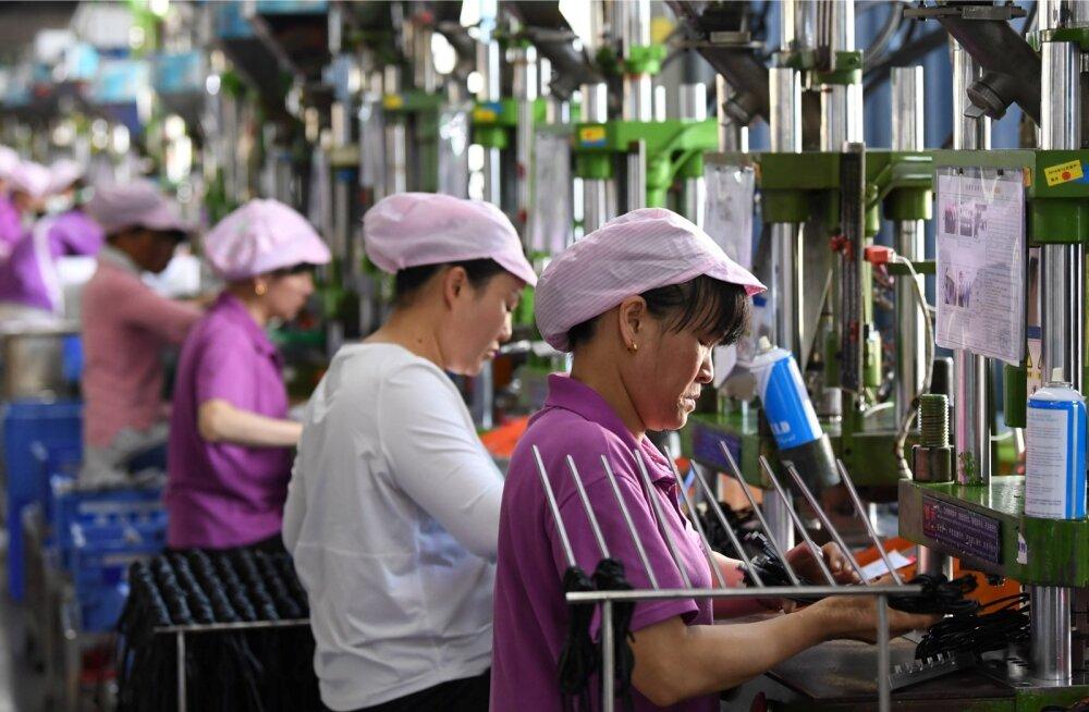 Xinyus valmistavad Hiina naised sidekaableid.