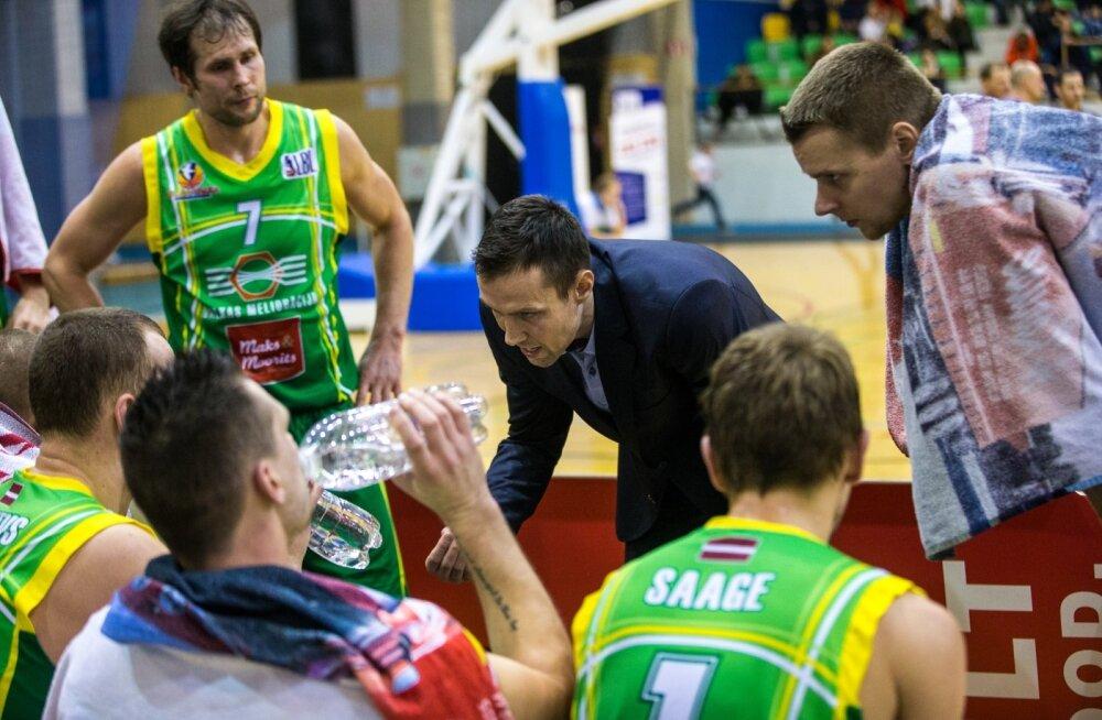 Juris Umbraško (keskel) selgitab BC Valga-Valka mängijaile, mida ja kuidas.