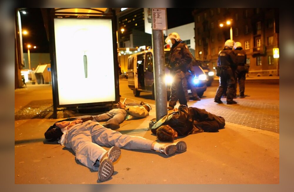 ФОТО: Полицейские на улицах, ночной бунт и разбитые витрины
