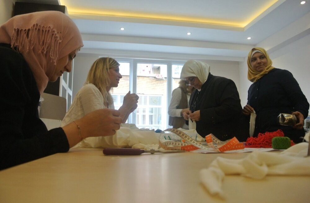 Süüria pagulastega tegelev organisatsioon Small Projects Istanbul – for Syria, MTÜ Mondo partner Türgis, kolis eelmisel kuul avaramale pinnale. Keskuse esimese naiste töötoa juhendaja on Taanist pärit disainer Ellen Simonia, kes õpetab naistele toodete va