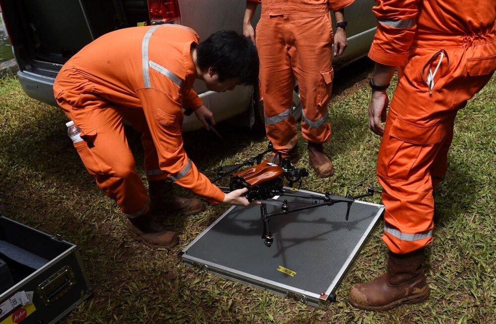 Droonid, pumbad ja isetehtud raadiojaamad: koopas lõksus olevate Tai poiste elud sõltuvad paljuski tehnikast