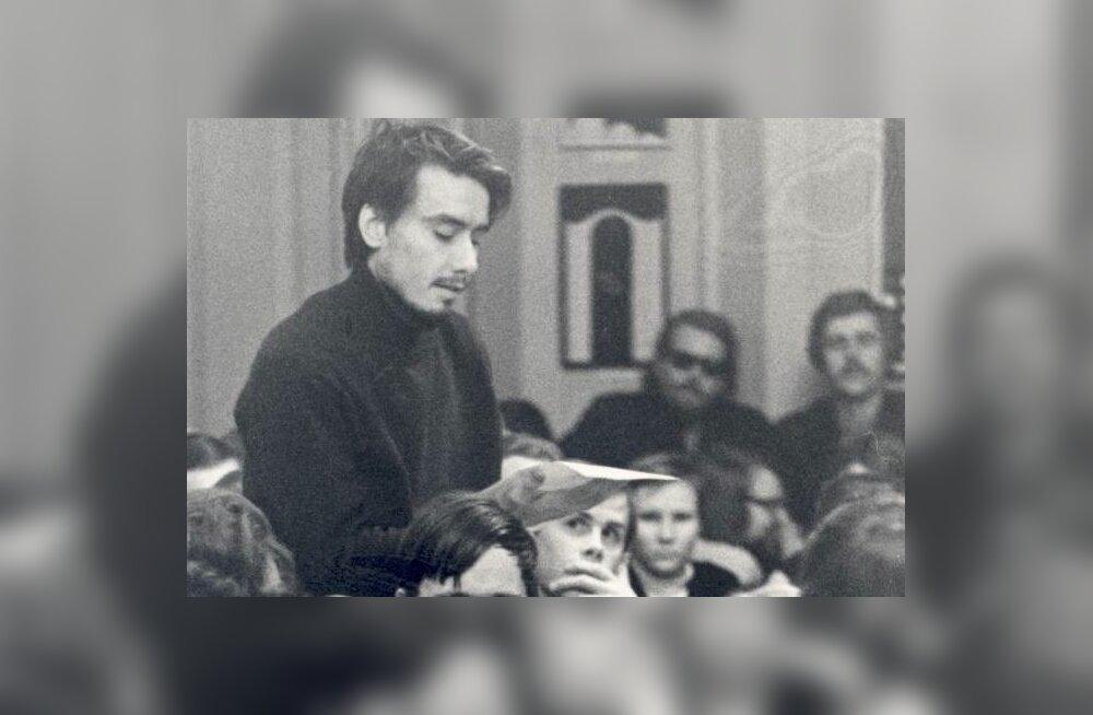 Paul-Eerik Rummo luulet lugemas