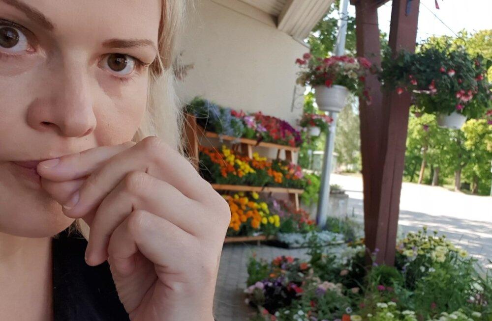 SELVEPILT: Loo autor, kirjanik Katrin Pauts Orissaare bussijaamas.