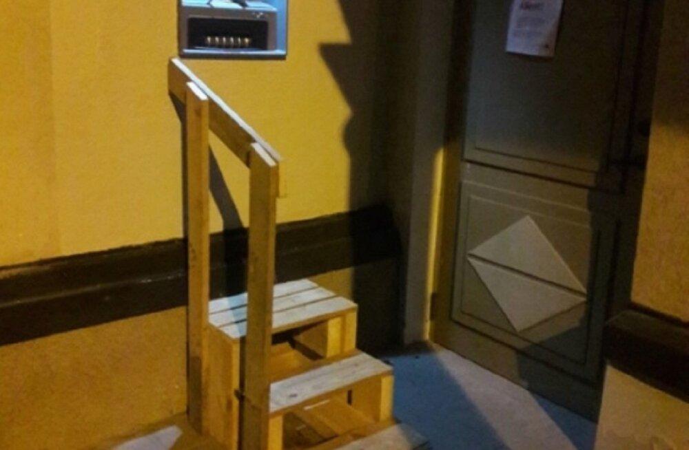 Kes ehitas? Räpina pangaautomaadi juurde viiva trepi paigaldaja on teadmata