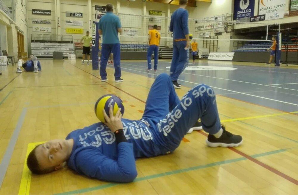 Markkus Keel Meneni hallis mängueelsel treeningul