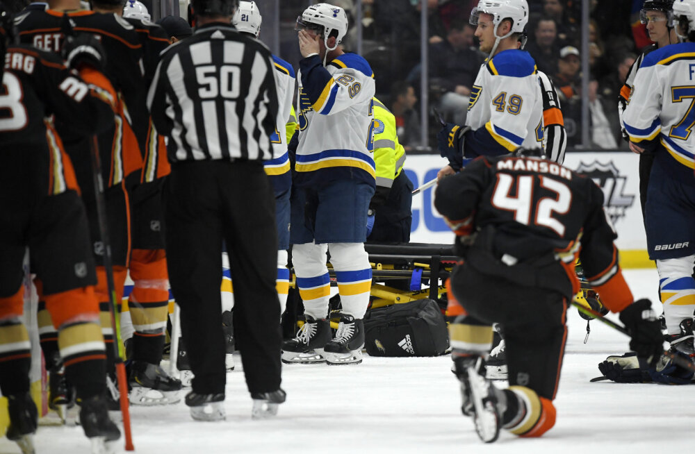 VIDEO | Olümpiavõitja kukkus keset NHL-i mängu kokku, matš jäeti katki