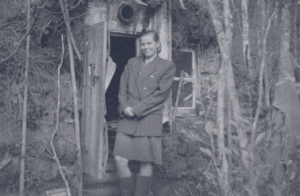 Üks kahest Saarnakõrve punkris elanud naisest punkri uksel. Tegemist oli maapealse ehitisega, mida ühest kohast teise kolides võeti kaasa kõik kasulik ja väärtuslik –