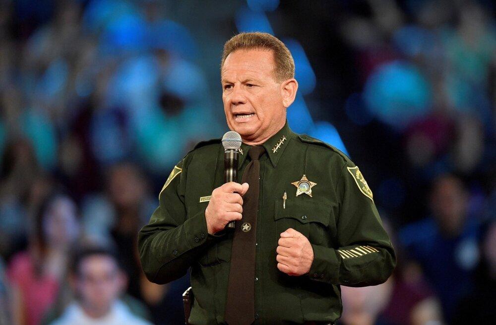 Florida keskkooli määratud relvastatud politseinik ei sisenenud hoonesse, kus toimus tulistamine