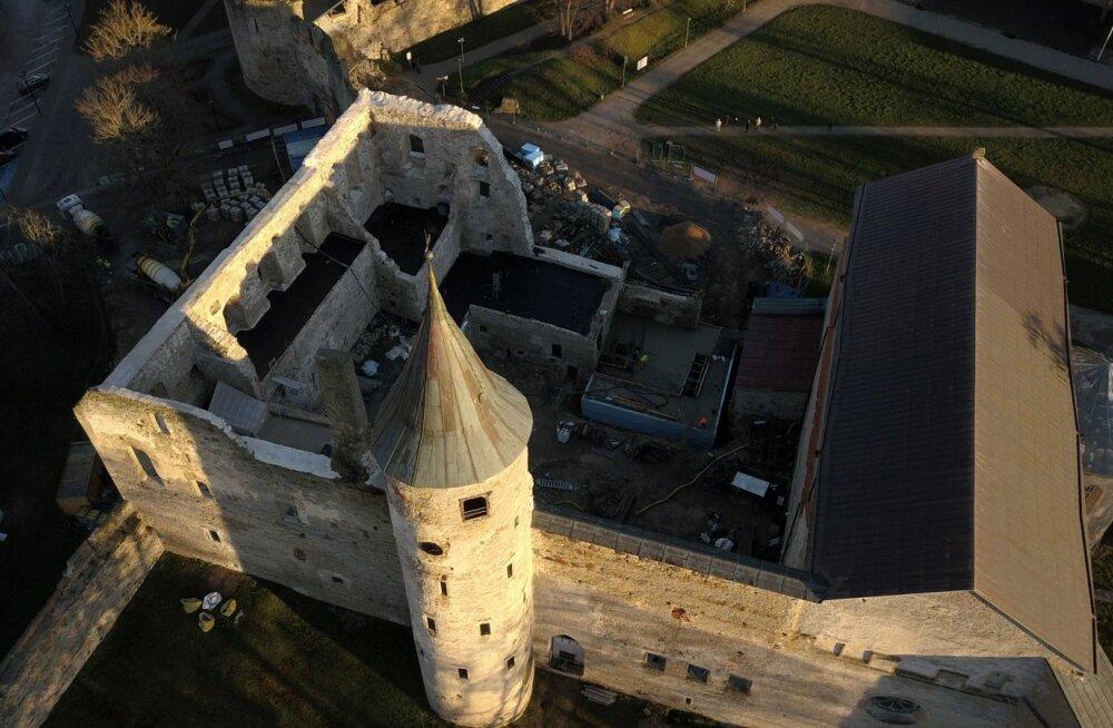 Remondi käigus tuli toomkiriku kõrvalt välja väravakoht, mis puhastati paksust krohvikihist. Kunagise värava kohal kõrguvad kolm suurt aknaava.
