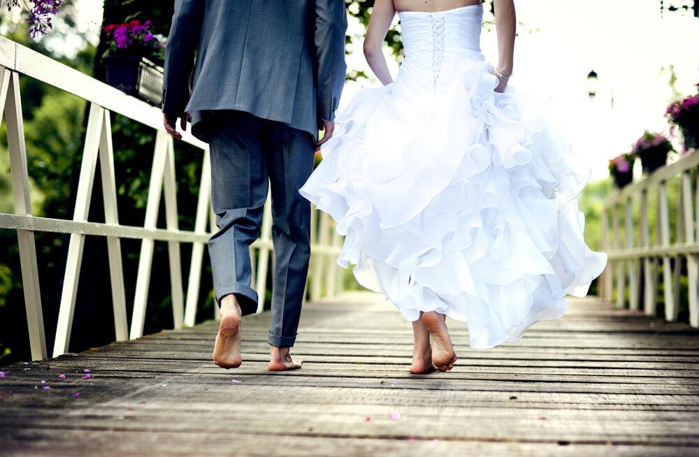 Suvi on pulmade aeg: 15 uskumust kihlumise ja abiellumise kohta