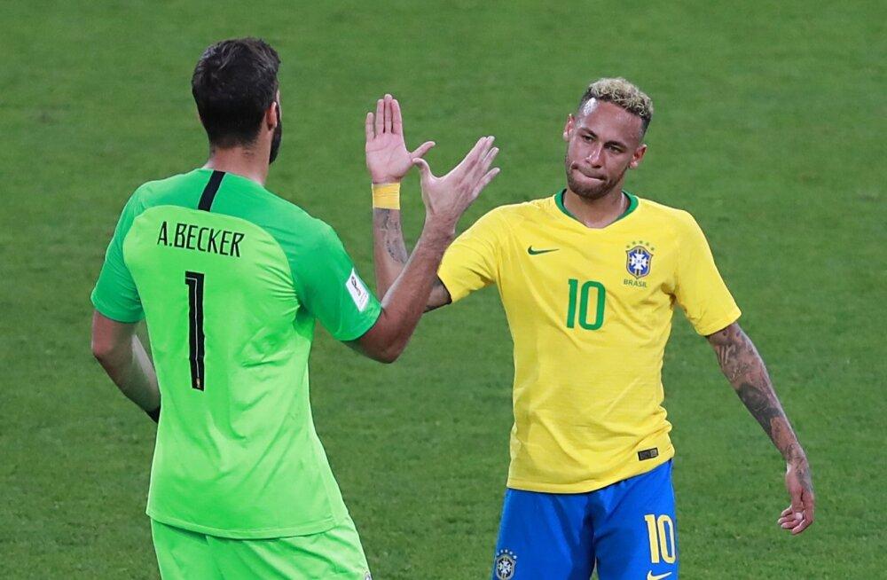 Maailma kõige kallim väravavaht Alisson Becker koos maailma kõige kallima mängija Neymariga.