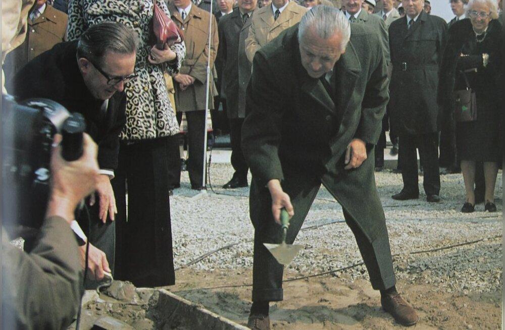 Toonane ISAF-i president Beppe Croce panemas nurgakivi Tallinna Olümpiapurjespordikeskusele 1976. aastal.