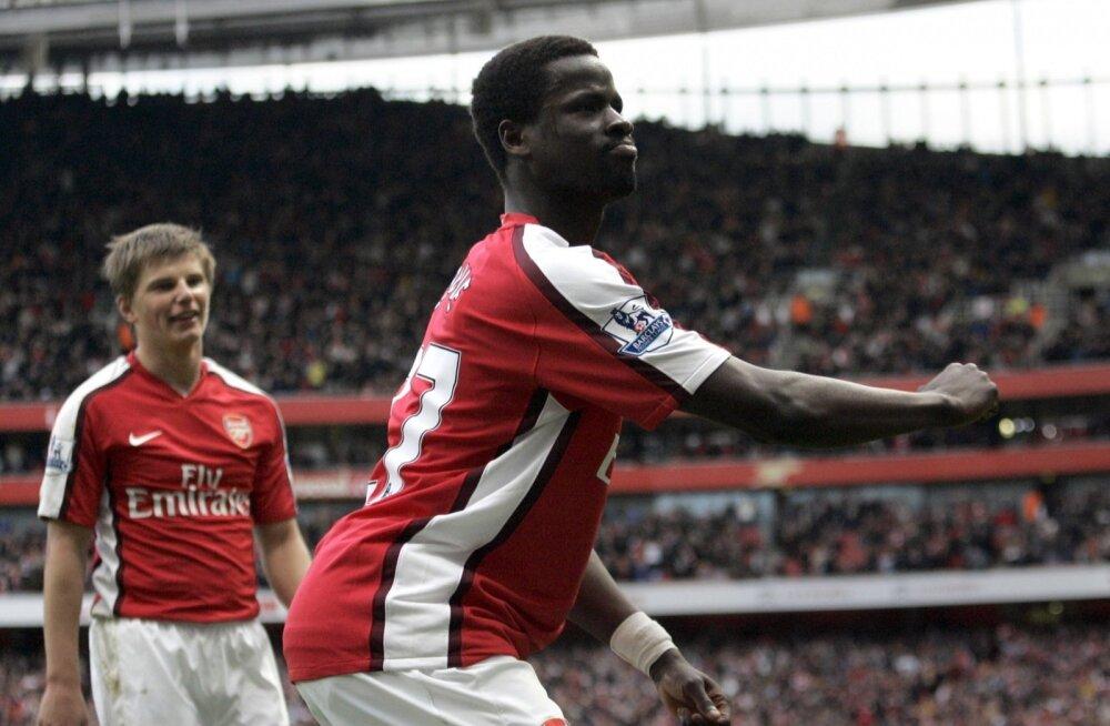 Emmanuel Eboue Londoni Arsenali särgis.