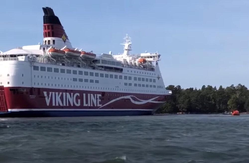 Karile sõitnud parlvlaev Amorella viiakse homme Ahvenamaa sadamasse, sõidukite omanikele toimetamist uuritakse