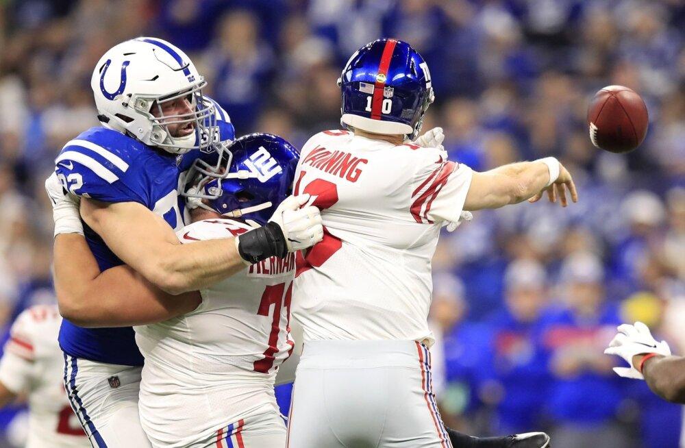 Margus Hunt (sinises) ründab New York Giantsi mängujuhti Eli Manningut.