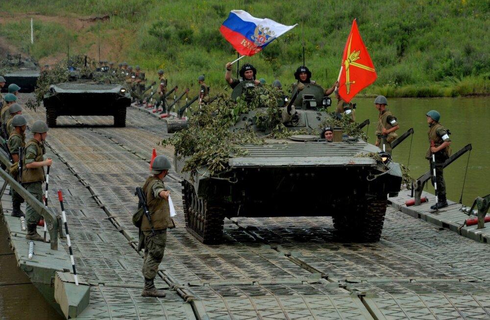 Jalaväe lahingumasin pontoonsilda ületamas