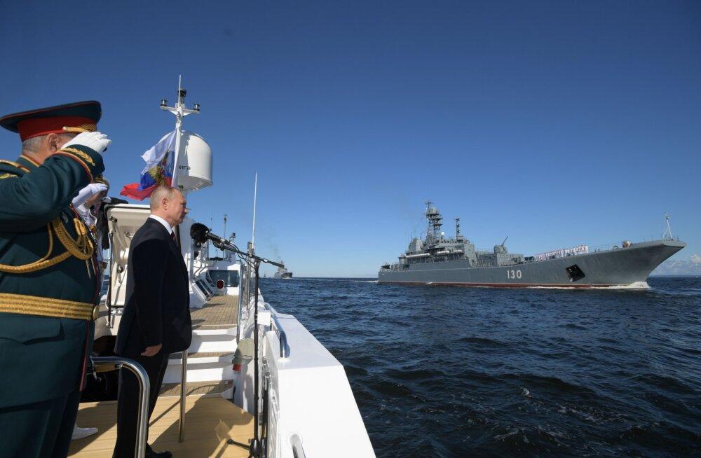 ВИДЕО   В России отмечают День военно-морского флота. В Санкт-Петербурге состоялся парад