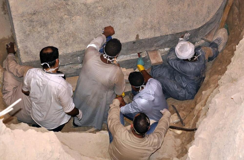 Египетские археологи не побоялись древнего проклятия и вскрыли таинственный черный саркофаг