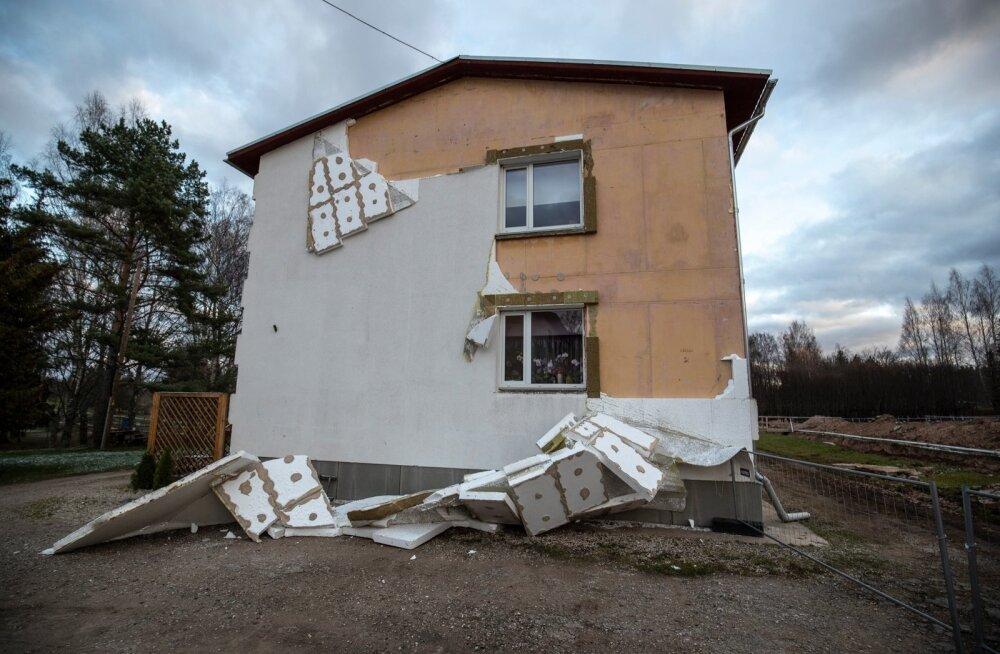 Nädalatagune torm oli nii maru, et kahjustas oluliselt ka hooneid - tuul rebis maha fassaadi ja mõnel majal ka katuse.