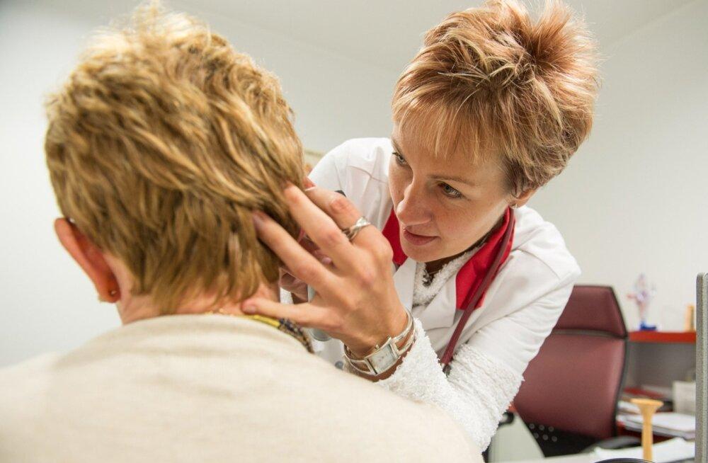 Kui vastuvõtule tuleb valutava kurguga patsient, kontrollib dr Eve Kivistik otoskoobiga sageli üle ka abivajaja kõrvad.