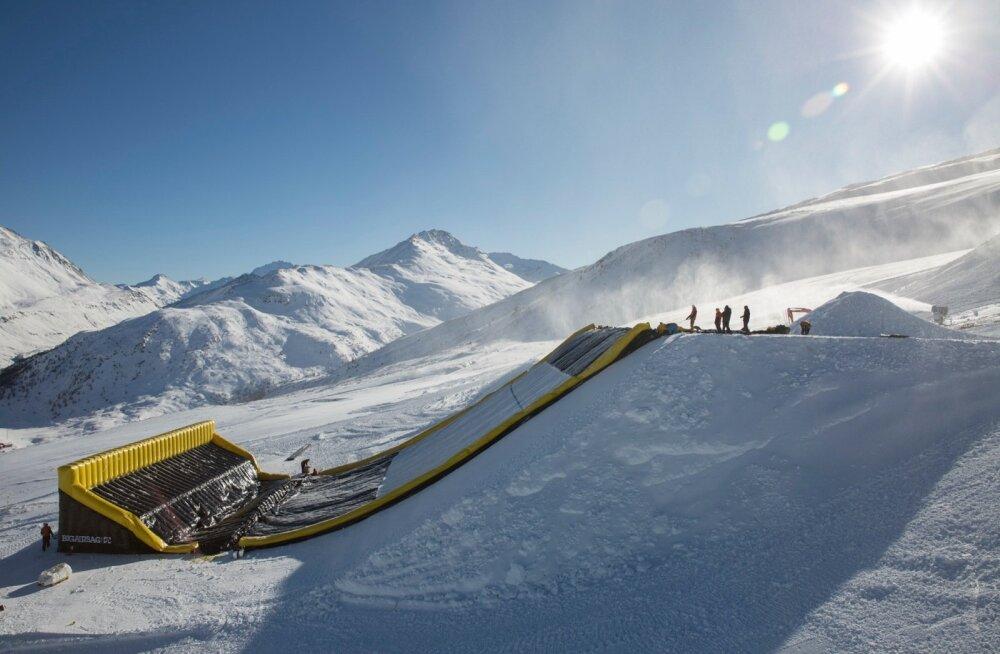 Suurbritannia <em>freestyle</em>- ja lumelauakoondis muretses endale täispuhutava maandumisnõlva ning pani selle Itaalias üles.