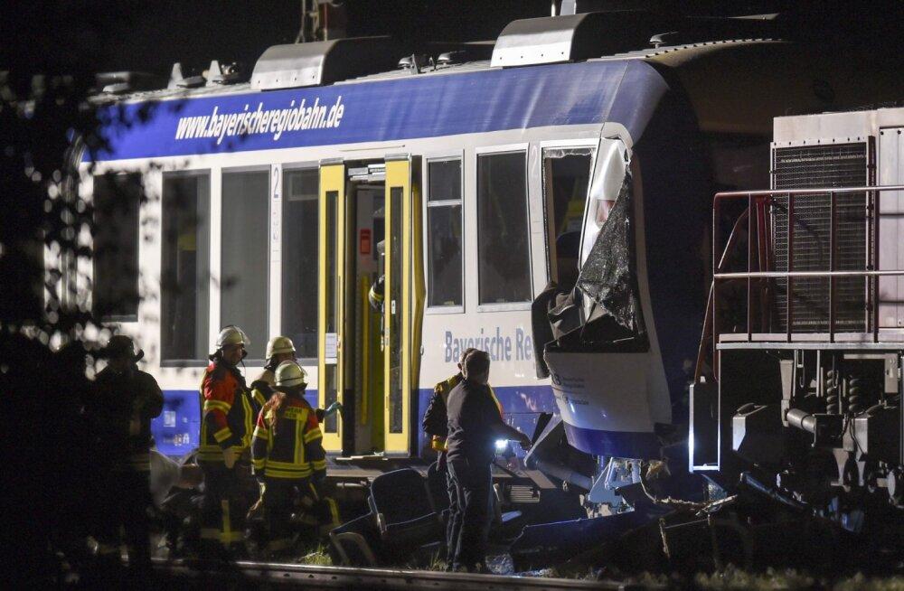 В Германии столкнулись пассажирский и товарный поезда. Есть погибшие