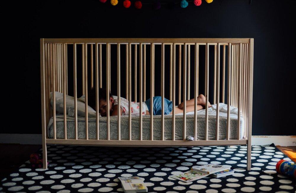 Paljusid vanemaid puudutav mure: kuidas harjutada väikelaps enda voodis magama, kui ta on juba mõnda aega vanemate kaisus uinunud?