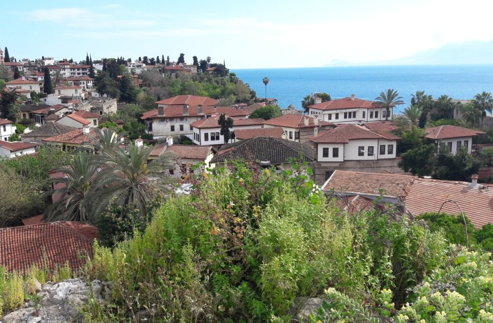 """Vaade Antalya keskväljakult võtab esimese hooga hinge kinni. Kui taas hingata saad, juhib giid ülejäänud gruppi juba järgmise vaatamisväärsuse juurde. Sestap tuleb jälgida, et end """"õhku ahmima"""" ei unustaks.."""