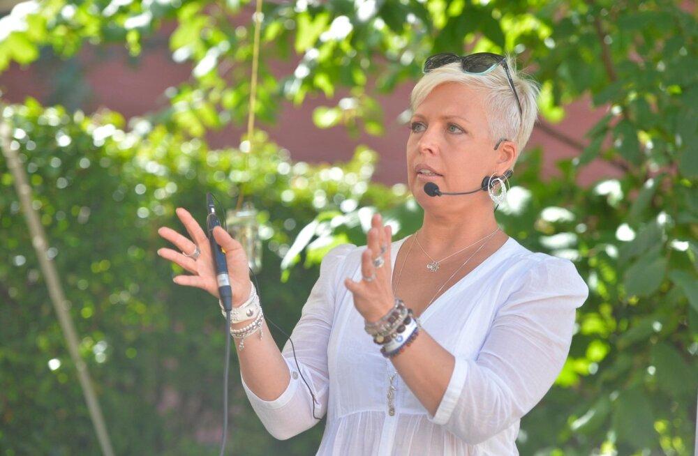 Evelin Ilves avab Hiiumaal väikese toidupoe