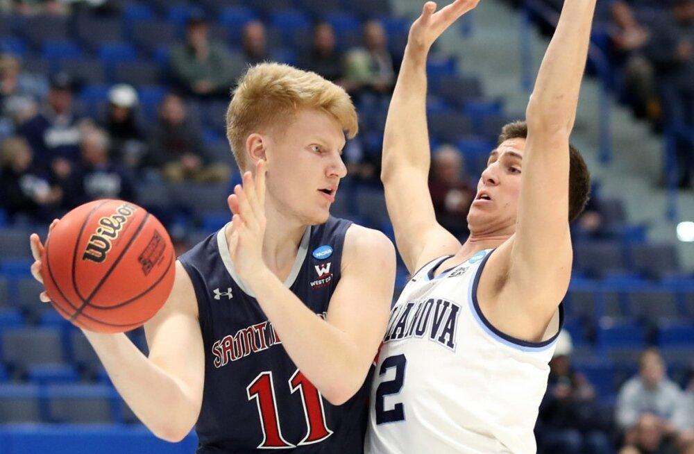 Matthias Tass (vasakul) üritab üle mängida Wildcatsi pallurit Collin Gillespiet.