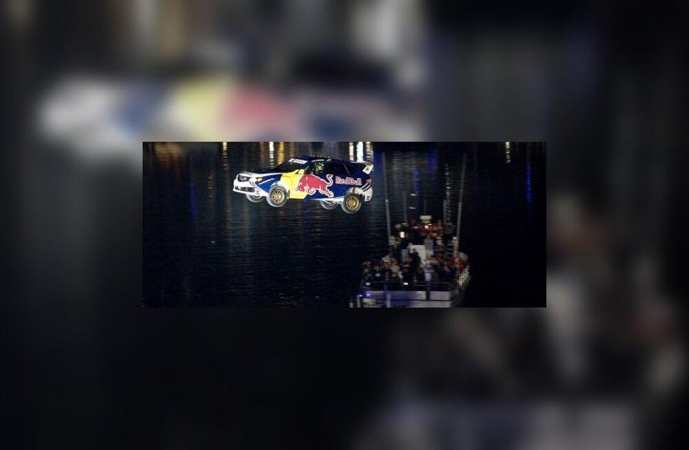 Travis Pastrana venitas ralliautoõhulennu pikemaks. Foto Reuters