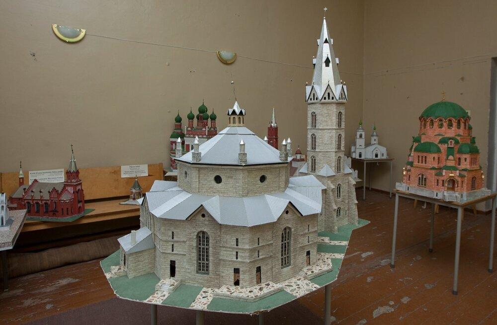 Narva ja selle ümbruse kirikute maketid ootavad Narva raekojas oma saatust ehk sobilikku ja üldsusele avatud eksponeerimisruumi.