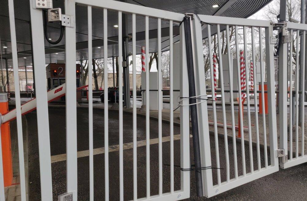 Гражданин РФ протаранил ворота на границе в Нарве — как на это отреагировали российские соцсети