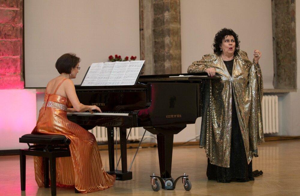 """""""Klaverisaatjatega on mul väga vedanud, kogu elu,"""" ütleb Margarita Voites. Juubelikontserdil saatis teda Piia Paemurru."""
