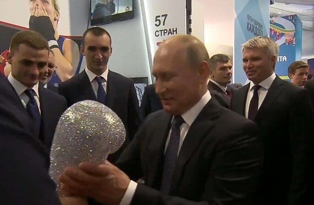 VIDEO | Putinile kingiti briljantidega poksikinnas