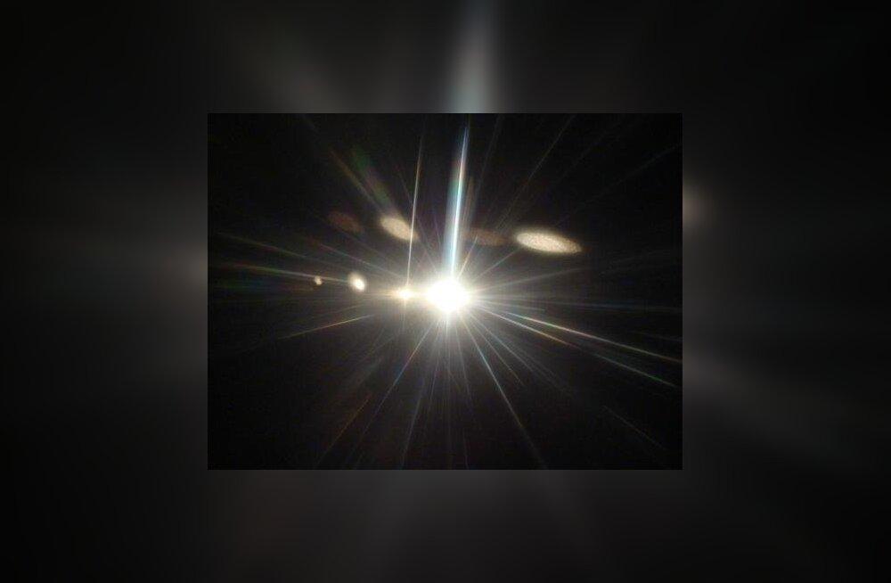 Liikumapanev valguskiir tõmbab väikseid objekte enda poole