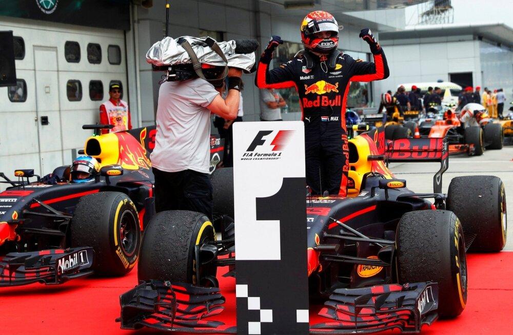 Max Verstappen võidumehena finišis