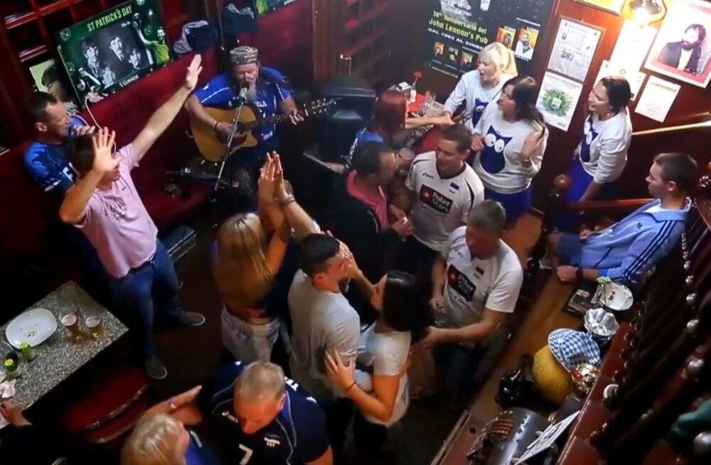Eesti võrkpallifännid John Lennoni pubis