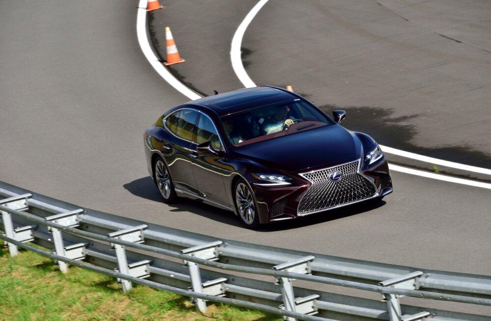"""Isejuhtiv sõiduk leiab eksimatult õige sõiduraja ja ennetab aegsasti ohte. Kiirused vahelduvad, """"linnas"""" liigub Lexus 50 km/h, """"maanteel"""" kerkib kiirus kuni 70 km/h."""