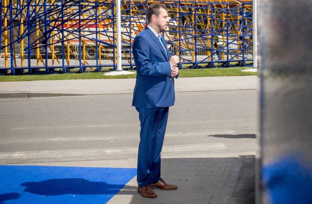 KANNATUST: Urmas Reinsalu ootamas valitsuse bussi.