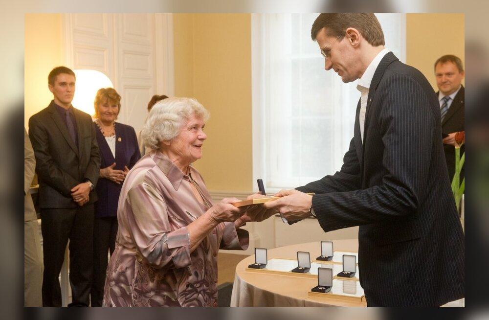 FOTOD: 14 ühiskondlikult aktiivset inimest said ministritelt tänasel kodanikupäeval aumärgi