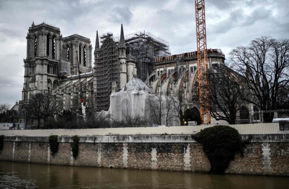 """""""Хрупкое здание"""": можно ли спасти Нотр-Дам? Настоятель оценил вероятность окончательного обрушения собора"""