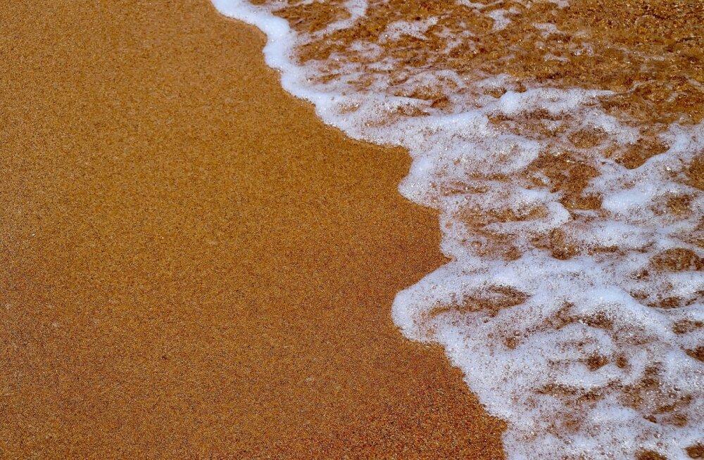 На Сардинии туриста оштрафовали на 1000 евро за попытку вывезти в чемодане бутылочку с местным песком