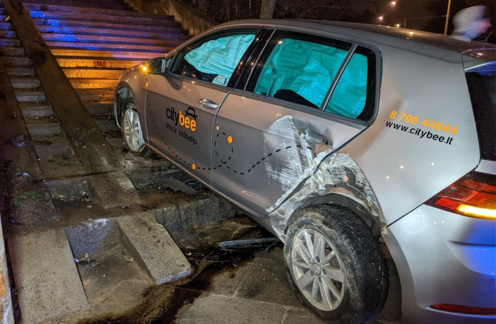 ФОТО: Нетрезвый турок пытался заехать на лестницу на автомобиле CityBee в Вильнюсе