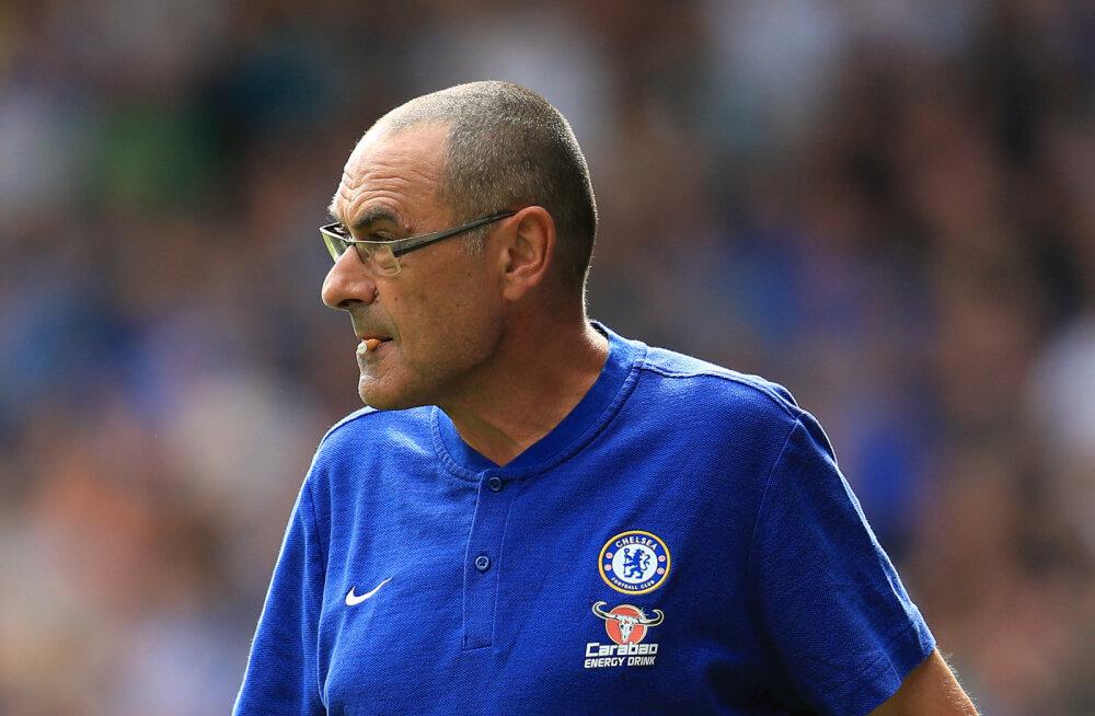 FOTO | Chelsea uus peatreener leiutas öökimaajava viisi, kuidas Inglise staadionite suitsetamiskeelu kiuste nikotiininälga rahuldada