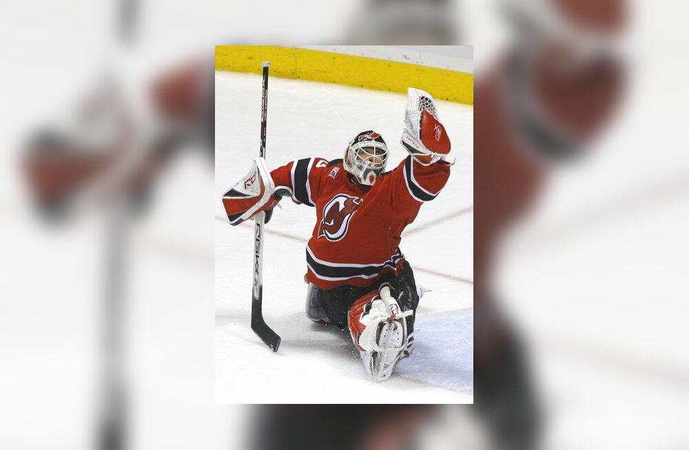 New Jersey Devilsi puurivaht Martin Brodeur pealeviset pareerimas