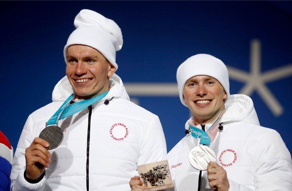 Eesti määrdemehed on venelaste suusakoondises suur jõud. Lõppenud olümpiamängudel aitasid nad teiste seas medaliteni Aleksandr Bolšunovi (vasakul) ja Deniss Spitsovi. Neist esimene võitis Pyeongchangis neli, teine kolm medalit.