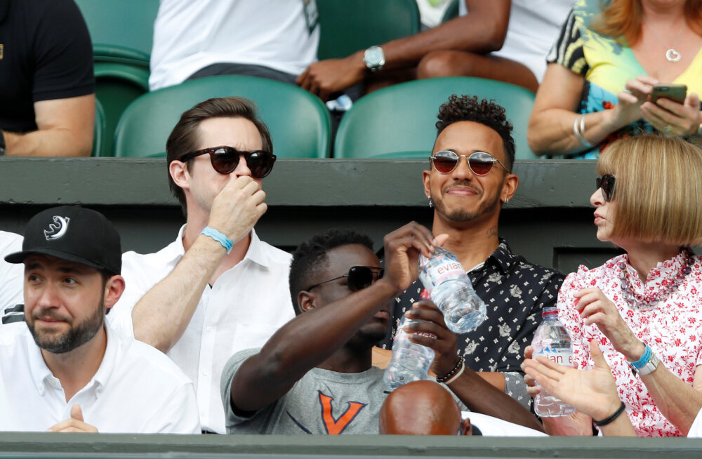 Lewis Hamilton (keskel) tennist jälgimas